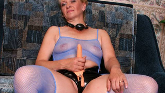 Greedy MILF assaults sweet talk speedily her presumption